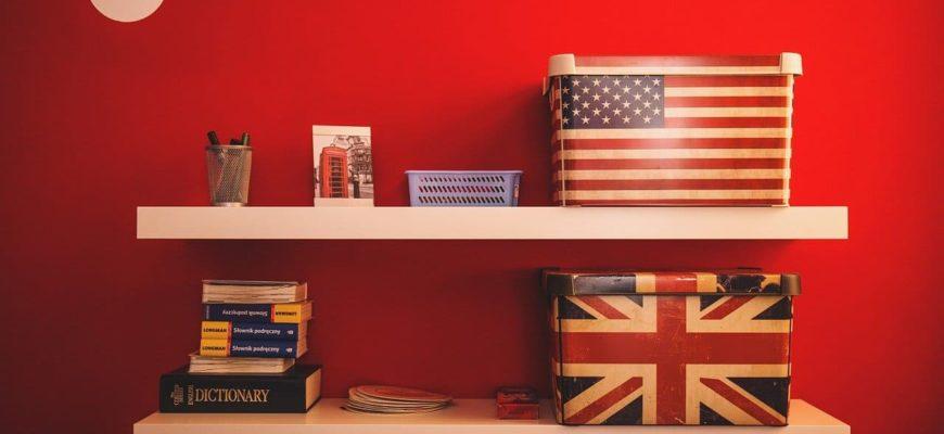 Полки с английскими книгами и вещами.