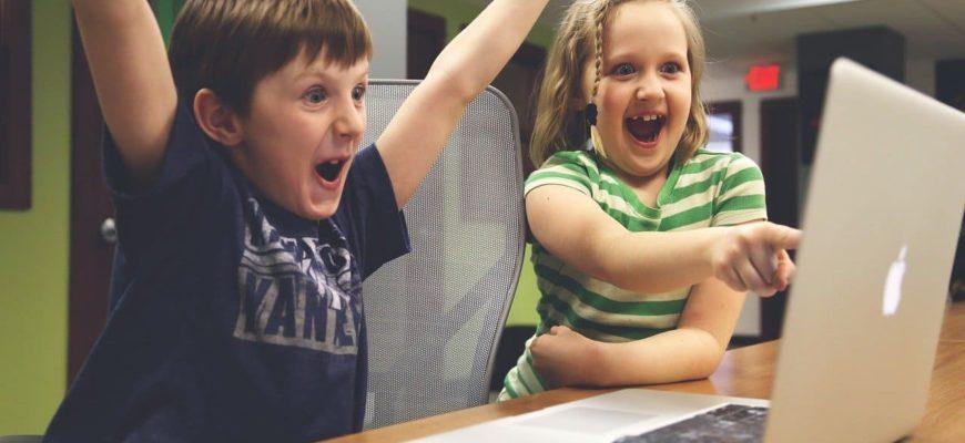 Дети с ноутбуком.