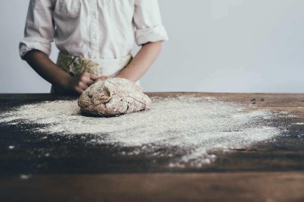 На фото изображен повар за работой.