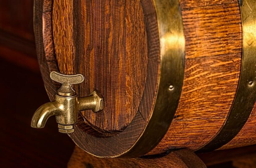 На фото изображена бочка пива.