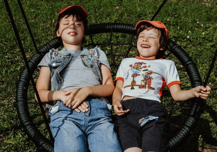 Два парня на качелях.