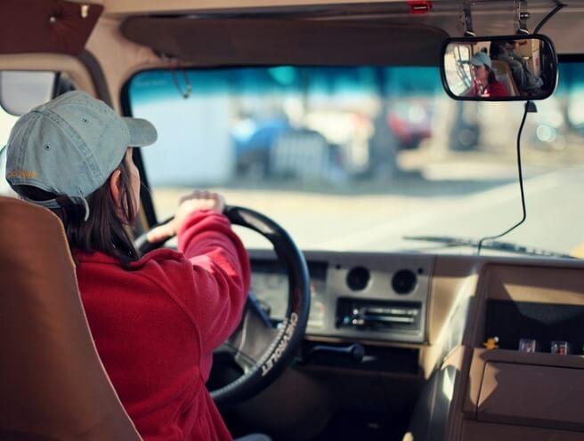 Женщина за рулем автомобиля.