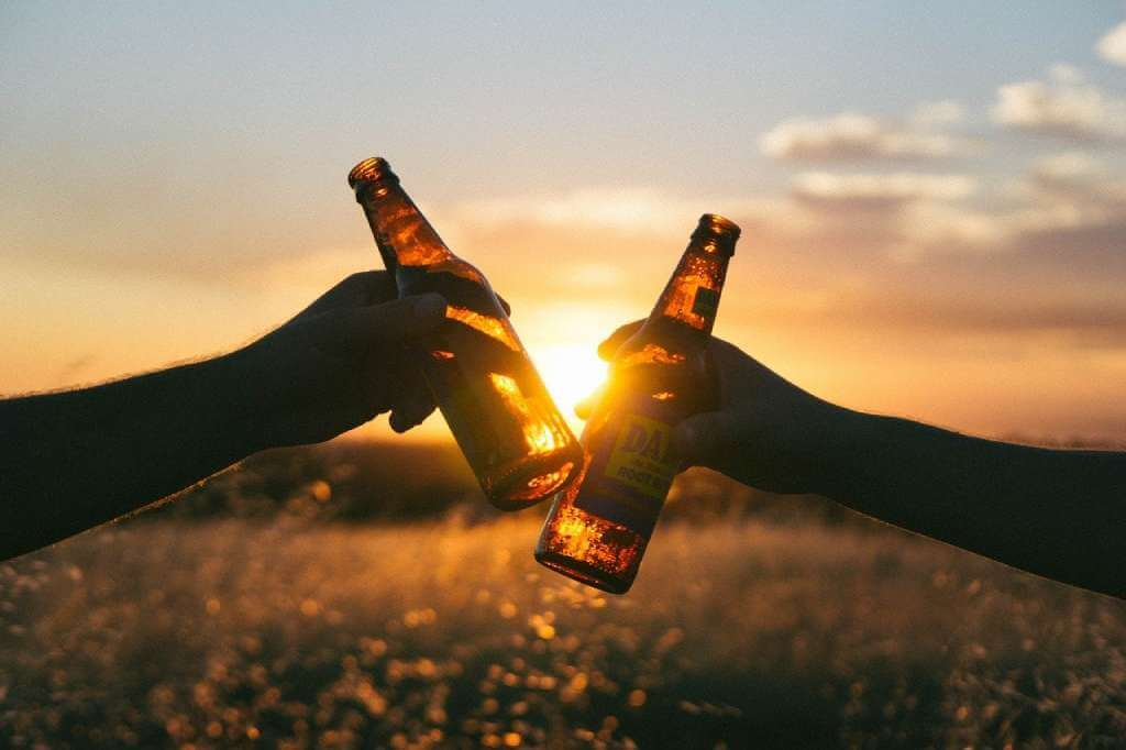 На фото изображены две бутылки пива.