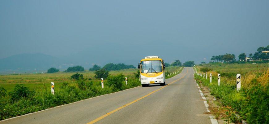 Дорога и автобус.