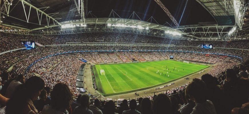 Футбольный матч и болельщики.