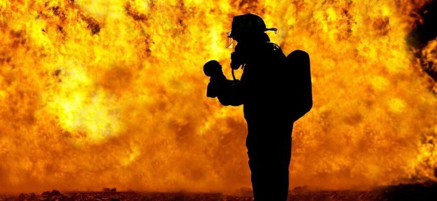 Пожарный на фоне огня.