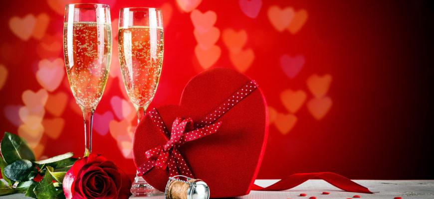 Бокалы и коробка сердце. Где взять красивые тосты про любовь в прозе.
