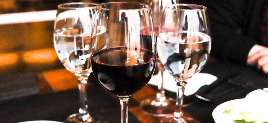 Бокалы вина. Какой тост прочесть папе на День рождения