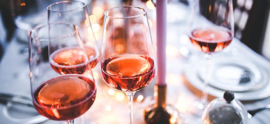 Бокалы вина на столе. Подборка тостов для мужчин в прозе