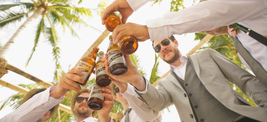 Компания друзей празднует. Коллекция забавных тостов для мужчин в стихах