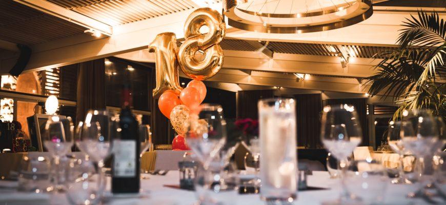 Шарики и праздничный стол на день рождения. Красивое поздравление с юбилеем 18 лет парню