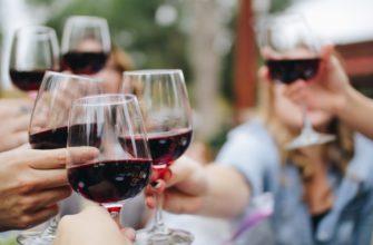Бокалы вина. Какое поздравление подойдет на юбилей 60 лет женщине
