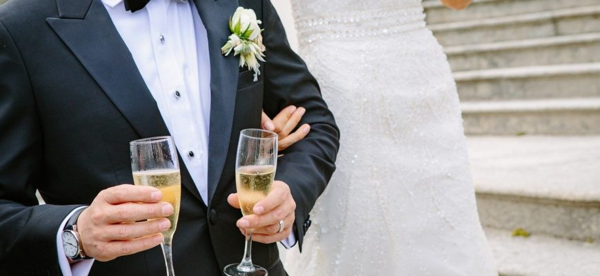 Жених с бокалами и невеста. Какой тост произнести на свадьбе другу