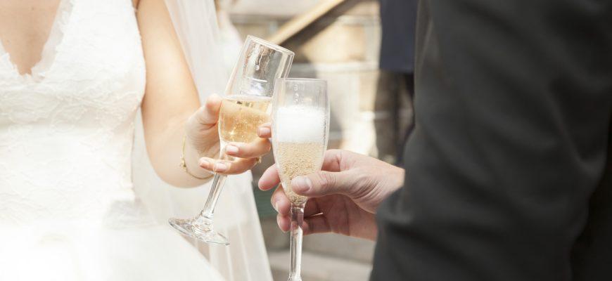Жених и невеста с бокалами. Подборка смешных тостов на свадьбу в прозе