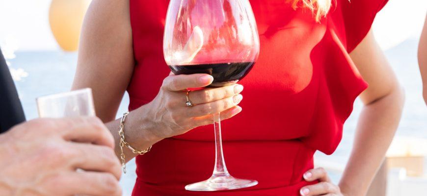 Женщина и бокал вина. Какой тост прочесть женщине на юбилей