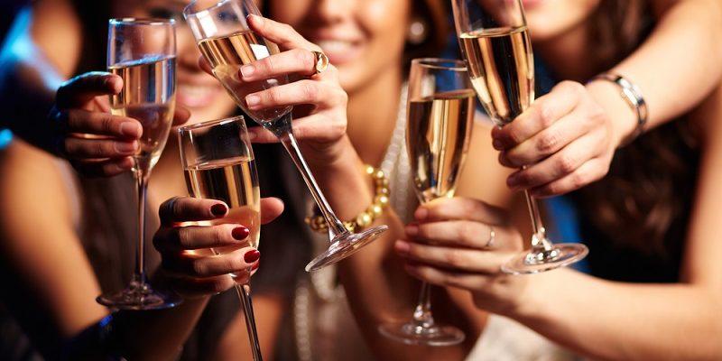 Девушки с бокалом шампанского. Какай красивый тост произнести для сестры.