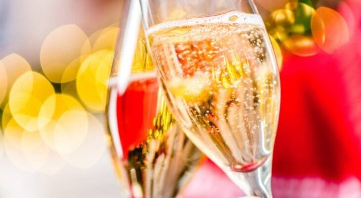 Шампанское в бокале. Как красиво поздравить мужа подруги.