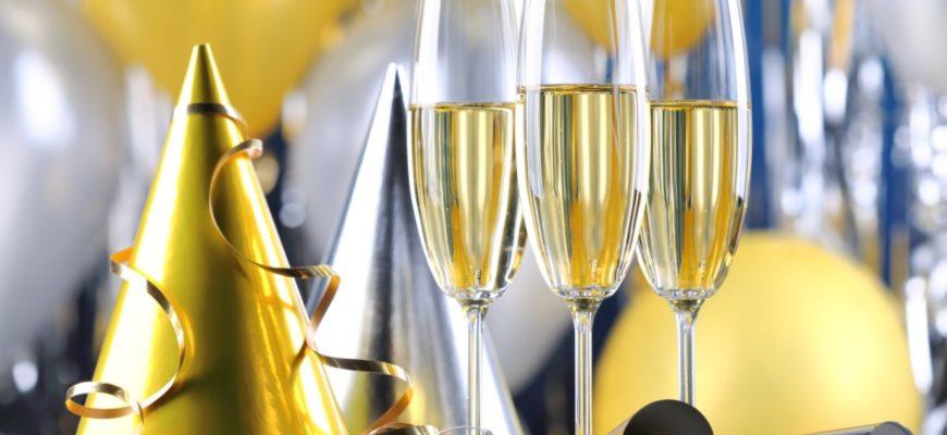 Колпак на день рождение и бокалы шампанского.