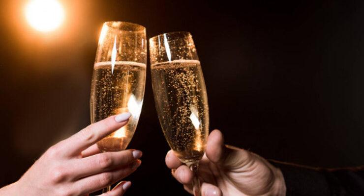 Шампанское в бокалах. Красивое поздравление сестре на свадьбу.