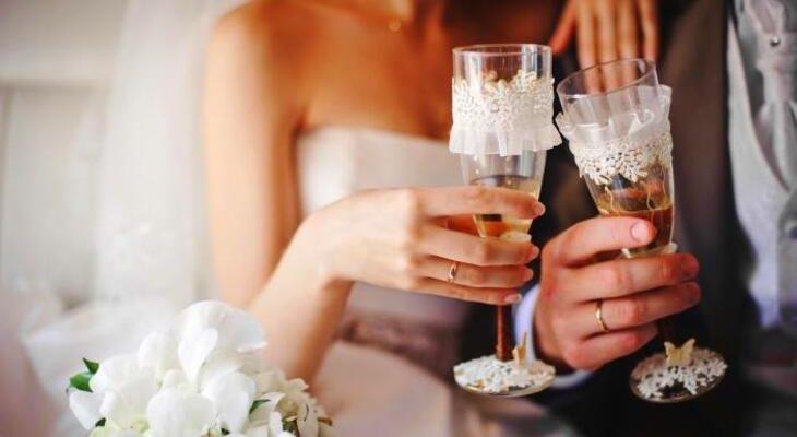 Два красивых свадебных бокала. Какой тост подойдет для свадьбы брата.