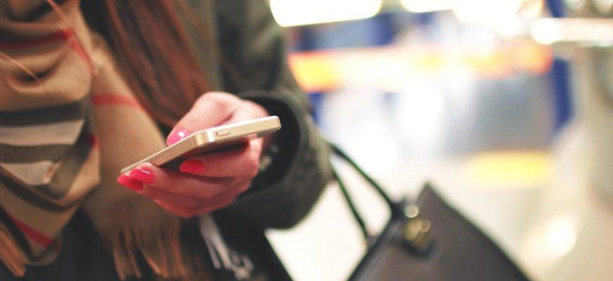 Девушка держит в руке телефон. Фразы для инстаграма на английском.