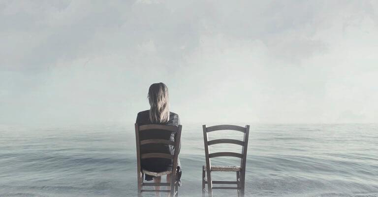 Девушка сидит на стуле. Фразы о неразделенной любви.