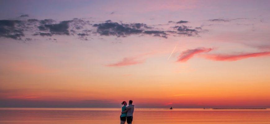 Красивый закат и влюбленные. Выражения русских классиков про любовь.