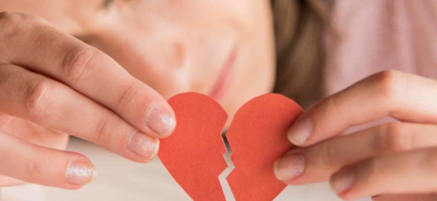Девушка с разбитым сердцем. Читайте фразы про разбитую любовь.