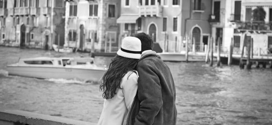 Парочка любуется видом. Фразы на итальянском про любовь.